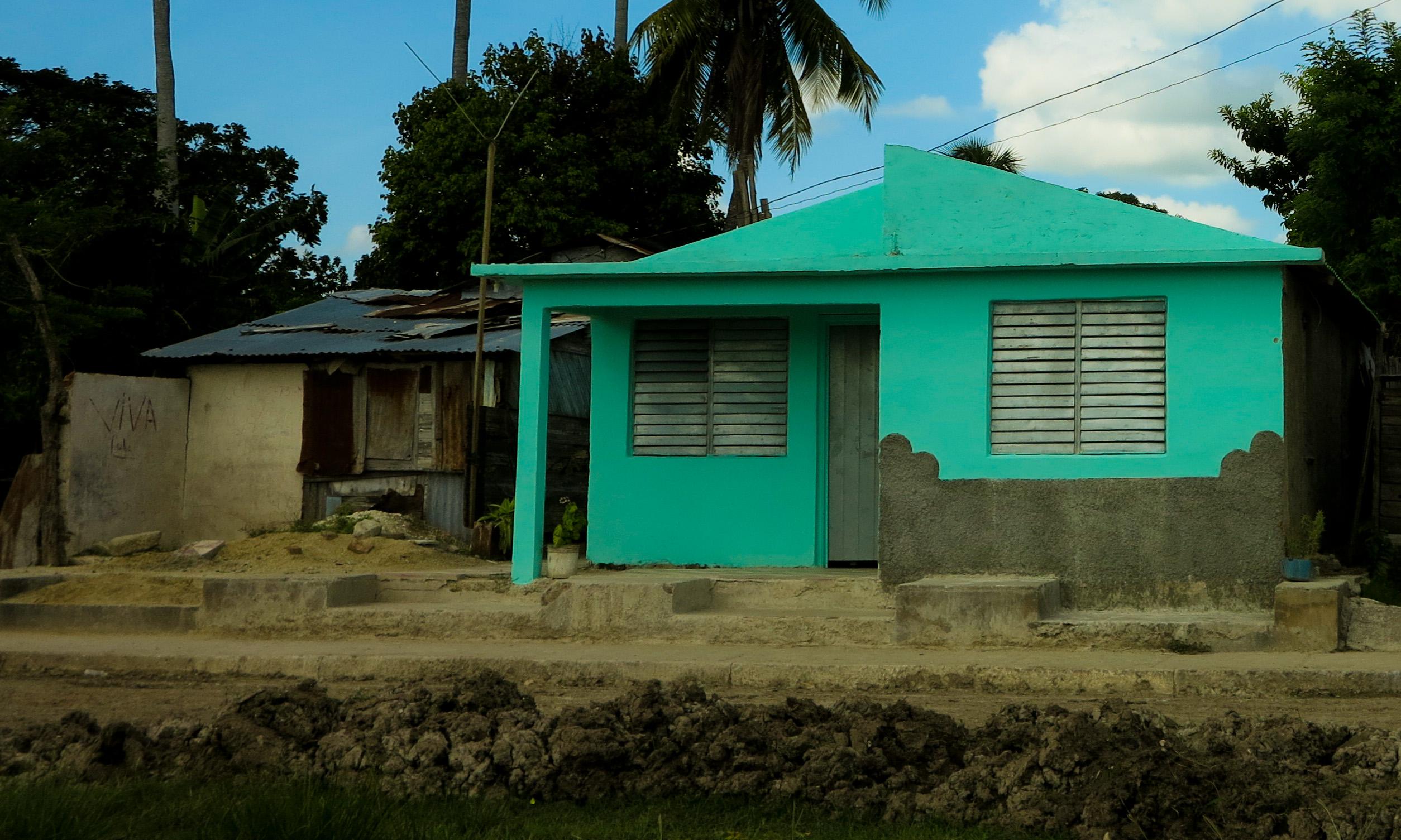 A la iquierda, la casa que Sandy le llevó a José Ángel; a la derecha, la vivienda nueva en construcción (Foto: Mónica Baró)