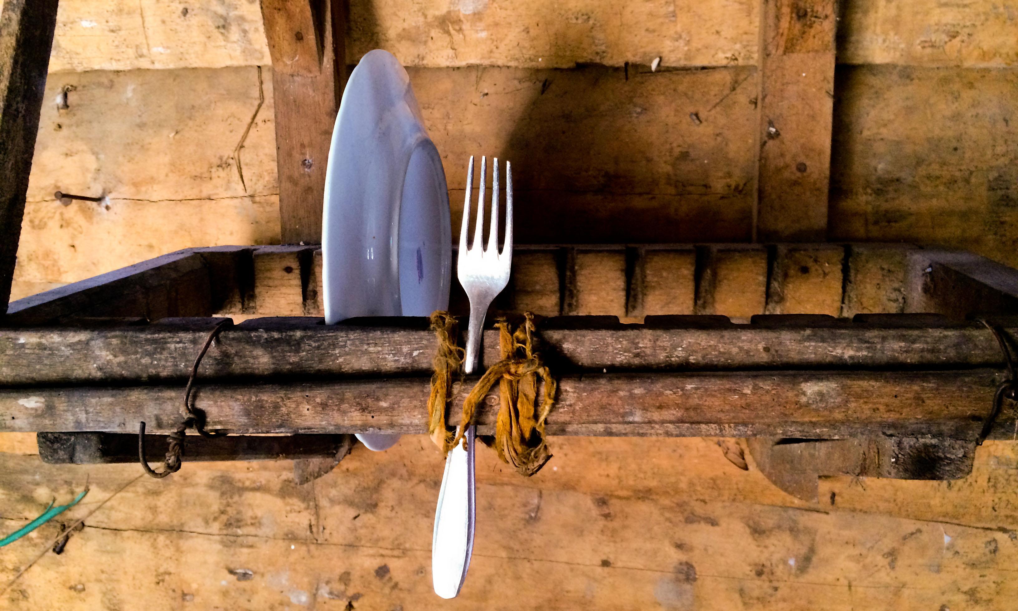 En el escurridero: un plato, un tenedor (Foto: Elaine Díaz)