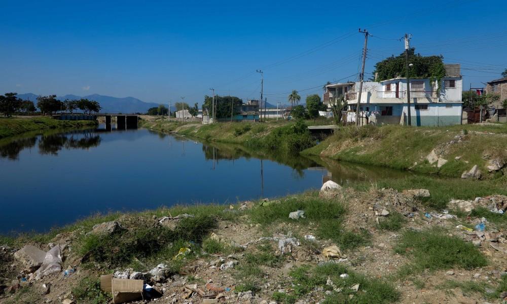 El canal del río Yarayó, a la derecha, las casas de algunos venecianos (Foto: Elaine Díaz)