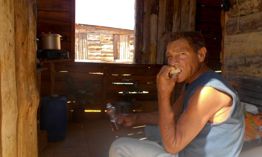 Es mediodía, Gallo padre traga amargo (Foto: Lian Morales)