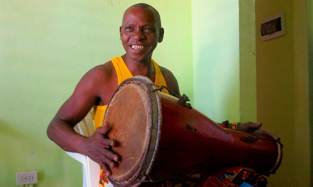 Cuando toca el tambor, Vicente aparta sus preocupaciones (Foto: Mónica Baró)