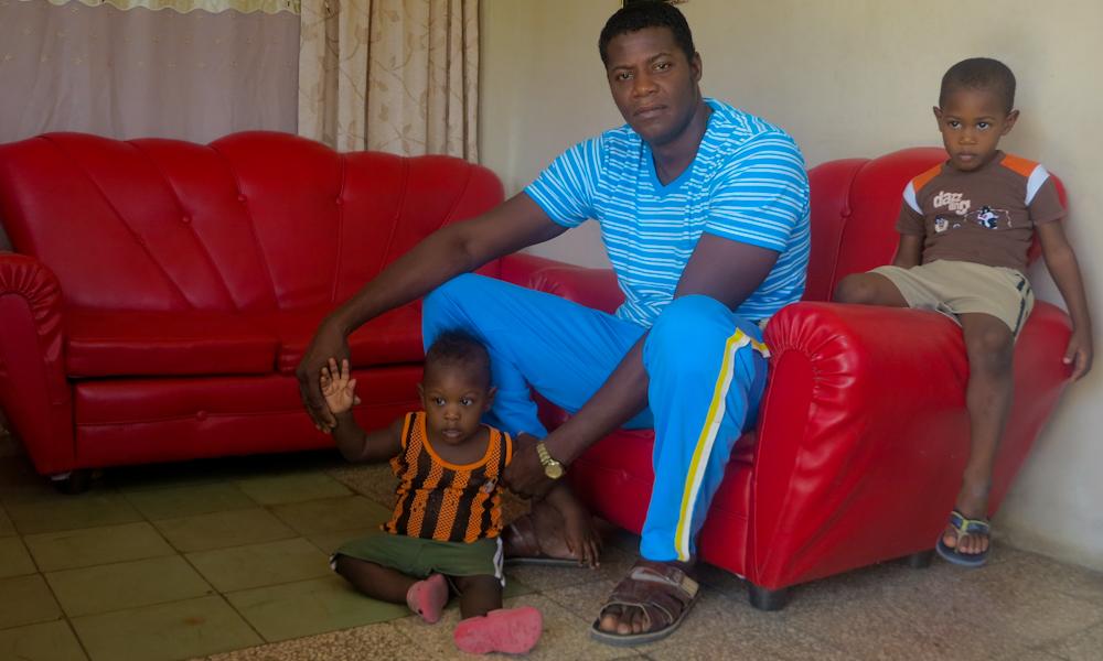 Amado el innovador de los pies largos, con dos de sus hijos (Foto: Mónica Baró)