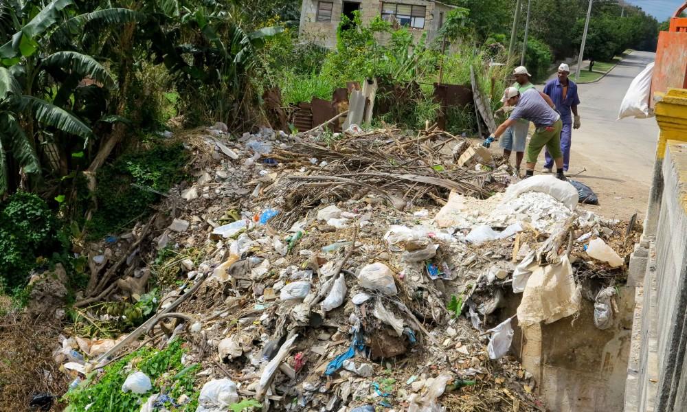 Trabajo de saneamiento en el puente de 29, Marianao (Foto: Geisy Guia)
