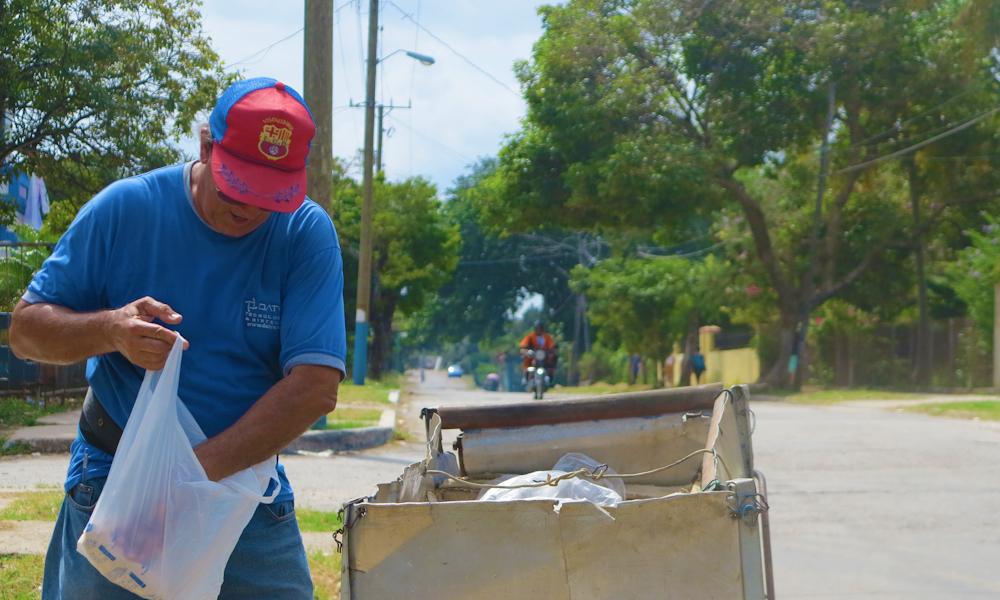 En el carretón, junto con la caja del pan, hay varias balitas de gas que debe repartir (Foto: Tomás Ernesto Pérez)