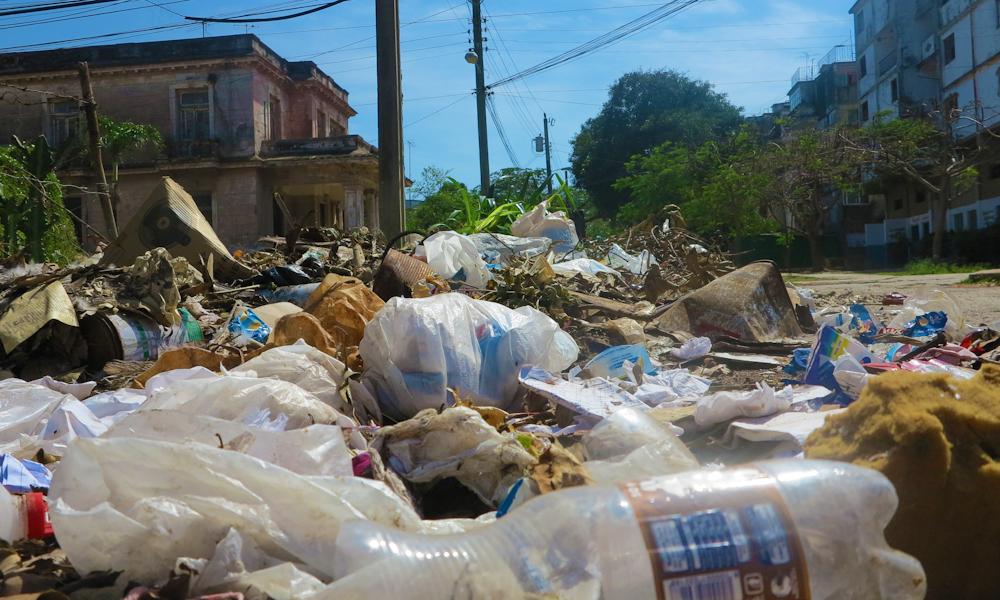 En las calles de Cojímar está la basura, y en la playa de Cojímar, y en el río (Foto: Tomás Ernesto Pérez)